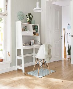 Ein Sekretär ist die ideale Möglichkeit, das Angenehme mit der Arbeit zu verbinden. Und so wird er dank klappbarer Platte mal zum kleinen Schreibtisch – und für den Rest der Zeit zum wunderschönen Ordnungshalter im schlicht-skandinavischen Design.
