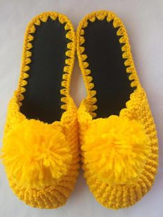 Pair of yellow Pompom Crochet slipper Nº worked with Telacril line, handmade. We make other sizes and colors too, consult us. Crochet Shoes Pattern, Shoe Pattern, Crochet Motif, Crochet Designs, Crochet Slipper Boots, Crochet Sandals, Crochet Slippers, Baby Knitting Patterns, Crochet Patterns