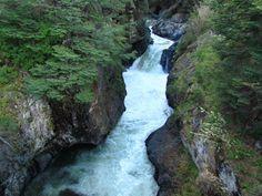 Río Emperador Guillermo...impresionante caudal y socavón en la roca