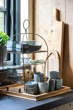 Etagere met serviesset #keukendecoratie #keukenaccessoires #keukeninspiratie #landelijkwonen #kralkeukens #keuken #kücheideen #kuche French Rustic Decor, Bodbyn, Coffee Corner, Home Decor Inspiration, Decor Ideas, Cool Kitchens, Kitchen Decor, Kitchen Ideas, Kitchen Appliances