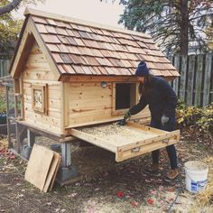 Chicken Coop - Weekly 🐓— – beautiful and duck coop , coops cute , chicken coop , chicken coop easy , diy chicken coop Chicken Garden, Backyard Chicken Coops, Chickens Backyard, Backyard Farming, Diy Chicken Coop Plans, Chicken Coop Designs, Chicken Coop Pallets, Carport Designs, Carport Ideas