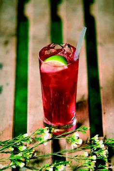 Gin, cranberry juice and a squeezed lime! Perfect!