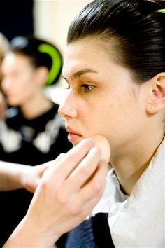 Make-up Tipps für einen perfekten Teint - Beauty-Trends vom Laufsteg - Die Idee: Ein natürlicher Teint, der das Gesicht frisch strahlen, ja geradezu glänzen lässt. Dazu setzt Dany seine persönliche Geheimwaffe, die Grundierung Haute Définition...