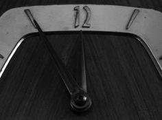"""""""El día en que vivimos"""". Existe un alemán que anda contando a quien le quiera escuchar que la Tierra gira más rápido sobre su propio eje de lo que afirmamos y que los días en realidad cuentan con 16 horas en lugar de las 24 establecidas. El estudio es conocido como Resonancia Schumann, trata sobre Metafísica Cuántica y Astrofísica Meta Cuántica y explica por qué la Tierra gira más rápido. http://mqciencia.com/2013/12/31/el-dia-en-que-vivimos/ #ciencia #tiempo"""