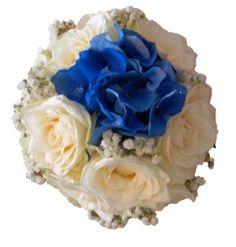 Buchetul de mireasa este cel mai important accesoriu in ziua nuntii! Personalizeaza-l asa cum iti doresti: cu o pata de culoare, cu o floare deosebita, cu un detaliu dorit de tine si atat de important pentru noi, Flori Poznase. Buchetul de mireasa creat din trandafiri albi, gypsophila si hortensie albastra (sau o alta culoare preferata de tine) iti va aduce zambetul pe buze in ziua nuntii. Alege sa zambesti cu Flori Poznase - flori cu zambete in fiecare zi pentru tine!