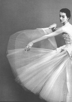An this: Do Wearing Cristóbal Balenciaga 1950    Photographed by Richard Avedon for Harper's Bazaar