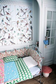 Une chambre d'enfant entre motifs floraux et tapisserie oiseaux