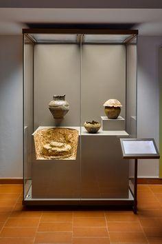 Sistema di vetrine espositive Museofab per allestimenti museali. Allestimento Museo Archeologico delle Grandi Opere di Pagazzano