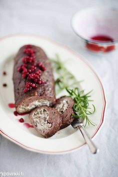 Lihamureke juusto-sienitäytteellä on juhlava ruoka, etenkin, jos sen valmistaa hirvenlihasta ja tarjoilee sokeripuolukoiden kera. Meat loaf filled with wild mushrooms and cream cheese. Kuva/pic Elvi Rista #christmasdinner #christmasfood #christmasmenu #christmasrecipes Hygge, Just Eat It, Meat Loaf, Sausage, Steak, Food And Drink, Beef, Treats, Dishes