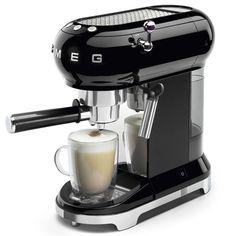 Expresso à Pression Smeg Noir. Espresso Coffee Machine, Cappuccino Machine, Coffee Maker, Coffe Machine, Cafetiere Expresso, Machine Nespresso, Smeg, Best Espresso, Interiors