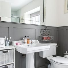 Traditional-style bathroom with grey panelling