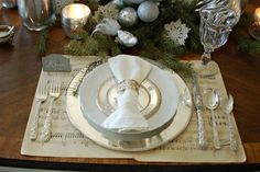 20 Christmas Table Setting Design Ideas - House and Decoration Silver Christmas Decorations, Christmas Table Settings, Christmas Tablescapes, Holiday Decor, Christmas Centerpieces, Holiday Tablescape, Christmas Place Setting, Holiday Dinner, Family Holiday