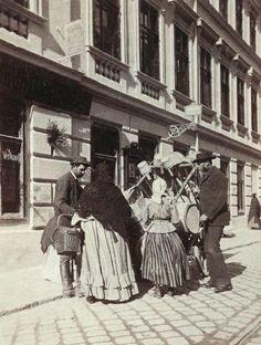 Street vendors, Vienna 1890 _______________________ Strassenverkäufer @ Wien Museum Scenery Pictures, Old Pictures, Old Photos, Vienna Secession, Austro Hungarian, Museum, Belle Epoque, Retro, Vintage Postcards