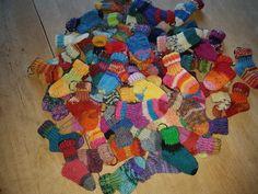 Kleine Socken selbst gestrickt ... als Schlüsselanhänger oder auch als Babysocken Super Geschenkidee!! Können auf Anfrage auch in bestimmten Farben gestaltet werden 😊👌🏻 #handmade