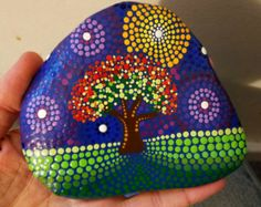 Große bemalte Rock ~ Baum Herbst ~ Dot Kunst ~ Stein ~ Herbst ~ bunte Dekor ~ handbemalt ~ Kunst ~ Malerei ~ von Miranda Pitrone ~ Geschenk