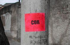Dupla de artistas cria intervenções urbanas e aponta sutilezas nas ruas através…