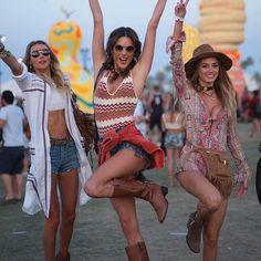 Al Coachella Festival si va ancora per sentire la musica? All'edizione di quest'anno tante modelle hanno più che altro esibito corpi scolpiti e un guardaroba hippie e tex-mex. Come la top brasiliana #AlessandraAmbrosio (al centro con le amiche #LudiDelfino e #TalitaCorrea). Nel link in bio i nostri consigli di stile per i quattro festival più attesi dell'estate: have fun!  #Coachella #MCInstanews #HaveFun #CoachellaFestival #Coachella2017 ( @gettyimages )  via MARIE CLAIRE ITALIA MAGAZINE…