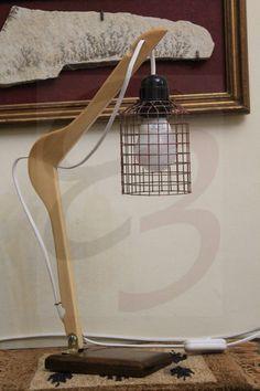 Lampada ad attaccapanni in legno con basamento in legno e gabbietta metallica realizzata interamente a mano.