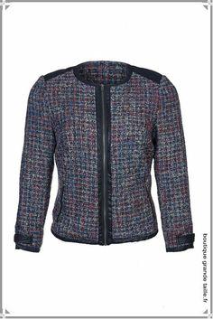Veste  blazer femme grande taille style Chanel, composée de laine, se ferme par fermeture éclair, beaucoup de style avec sa forme sans col.