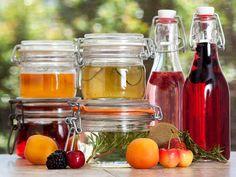 Cómo hacer una infusión de licor: sabores favoritos + licor + contenedor sellado + gabinete oscuro = embriagante exquisitez.