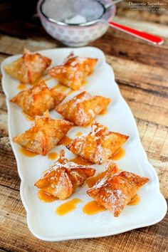 Caramel Apple Dumplings - delicious caramel apples wrapped inside a crispy sugary shell! This is the PERFECT dessert! Apple Dessert Recipes, Great Desserts, Mini Desserts, Fall Desserts, Apple Recipes, Delicious Desserts, Yummy Food, Yummy Recipes, Wonton Recipes