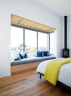 In diesem Schlafzimmer ein eingebauten gepolsterten Fenster Sitz perfekt passt die Länge des Fensters und bietet den perfekten Platz zu lesen.