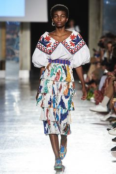 Stella Jean Spring 2020 Ready-to-Wear Fashion Show Collection: See the complete Stella Jean Spring 2020 Ready-to-Wear collection. Look 21 Vogue Fashion, Fashion 2020, Runway Fashion, Spring Fashion, Girl Fashion, Womens Fashion, Fashion Design, Fashion Trends, Milan Fashion