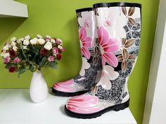 Zateplené gumáky s květovanými vzory a s černou podrážkou. #gumáky #zateplenáobuv #květovanévzory #holínky Rubber Rain Boots, Shoes, Fashion, Moda, Zapatos, Shoes Outlet, Fashion Styles, Shoe, Footwear