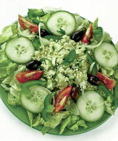 1. Se curăţă salata, se spală în 2-3 ape şi se lasă să se scurgă în sită. Castraveţii se spală bine, se curăţă şi se taie felii potrivite. 2. Se pregătesc crutoanele din pâine albă sau integrală, se stropesc cu unt topit şi cu sare şi se bagă în cuptorul încins. Se lasă să se … Cobb Salad, Cucumber, Dan, Meals, Vegetables, Recipes, Food, Meal, Eten