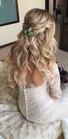 Having a rustic wedding theme? And a bit confused on what hairstyle you should go with your rustic wedding–then look no further. We've rounded up. wedding hair half up 43 Gorgeous Half Up Half Down Hairstyles That Perfect For A Rustic Wedding Wedding Hairstyles Half Up Half Down, Wedding Hairstyles For Long Hair, Wedding Hair And Makeup, Gorgeous Hairstyles, Bridal Hair Half Up Half Down, Fall Hairstyles, Hairstyles For Bridesmaids, Boho Wedding Hair Half Up, Bridesmaid Hair Half Up Braid