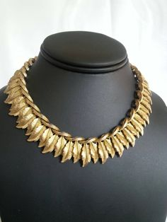 Gorgeous vintage Pakula gold tone necklace with double leaf links. Set in antiqued gold tone metal, its in great condition. Jewelry Sets, Gold Jewelry, Jewelery, Vintage Jewelry, Leaf Necklace, Beaded Necklace, Metal Necklaces, Jewelry Necklaces, Jewelry Showcases