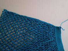 nakoniec telo tašky ukončíme rovnakými riadkami KS, ako sme začínali tak, že posledný riadok oblúčikov zakončíme tak, že robíme 1RO, 1KS. V nasledujúcich riadkoch robíme iba KS. Textiles, Market Bag, Crochet Top, Projects To Try, Knitting, Handmade, Accessories, Women, Fashion