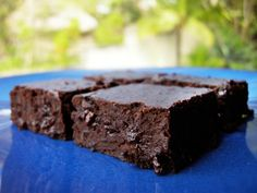 bean brownies I can't wait to try this! Black bean brownies and other healthy desert alternative recipesI can't wait to try this! Black bean brownies and other healthy desert alternative recipes Delicious Deserts, Healthy Deserts, Healthy Treats, Yummy Treats, Black Bean Brownies, Chocolate Fudge Brownies, Chewy Brownies, Healthy Brownies, Brownie Recipes