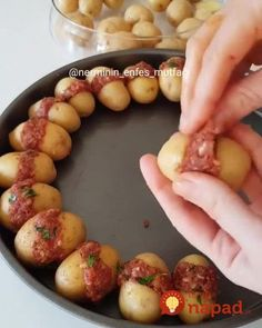 Ingredients:New ground eggsaltpepperTomato sauce glass) Directions: Wash the potatoes well and cut them. Prepare the filling by mixing the ground beef with Potato Sandwich, Mini Potatoes, Meat Appetizers, Gordon Ramsey, Tasty Dishes, Ground Beef, Kids Meals, Food And Drink, Cooking Recipes
