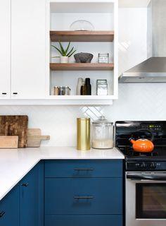 Kitchen Cabinets Pictures, Blue Kitchen Cabinets, Kitchen Paint, White Cabinets, Navy Kitchen, Space Kitchen, Oak Cabinets, Kitchen Shelves, Kitchen Dining
