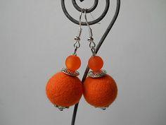 Die Filzohrringe sind verziert mit orangenen Filzperlen aus extrafeiner Merinowolle ( Durchmesser ca. 1,7 cm ) einer Metallscheibe, Polarisperlen und unten ist eine Blütenkappe aus...