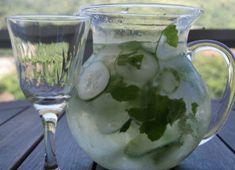 Água de pepino elimina até 4 kg por semana, mas deve ser consumida pela manhã e em jejum Punch Bowls, Ale, Alcoholic Drinks, Food And Drink, Flowers, Detox Waters, Lemon Lime Water, Cucumber Water, Ginger Water