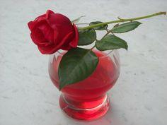 Vodu s cukrem vaříme asi 5 minut. Do odměrky namačkáme okvětní plátky tolika růží, aby jich bylo asi 1/4 litru. Pak růže zalejeme horkým cukerným... Korn, Glass Vase, Food And Drink, Plants, Decor, Syrup, Decoration, Decorating, Flora