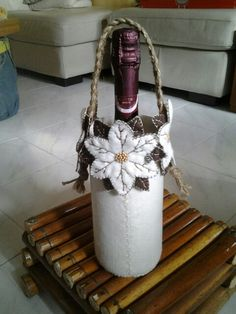 Porta bottiglia feltro panna Bucket Bag, Crafting, Holidays, Holiday Decor, Feltro, Holidays Events, Holiday, Crafts To Make, Crafts