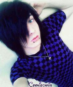 emo boy black hair blue eyes... i luv black hair blue eyes <3