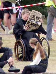 Funny pictures about Badass Maggie Smith. Oh, and cool pics about Badass Maggie Smith. Also, Badass Maggie Smith. Mundo Harry Potter, Harry Potter Cast, Harry Potter Love, Harry Potter Fandom, Harry Potter Memes, Harry Potter Deleted Scenes, Harry Potter Cosplay, Harry Potter Deathly Hallows, Potter Facts