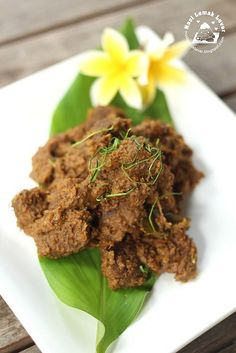 Every time during Ramadan month (Muslim fasting month), I am sure craving for a good Rendang ( I have two version here, rendang chick. Curry Recipes, Asian Recipes, Beef Recipes, Cooking Recipes, Beef Rendang Recipe, Nasi Lemak, Recipe Scrapbook, Indonesian Cuisine, Malaysian Food