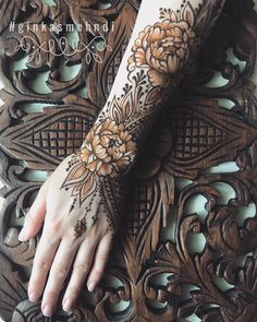 """""""Erotic Mehndi"""": The Incredible Henna Art By Mary Ginkas on – Erotic henna is a new form of art that celebrates the fememine body, highliting the natural beauty… Pretty Henna Designs, Wedding Henna Designs, Floral Henna Designs, Modern Mehndi Designs, Mehndi Design Pictures, Mehndi Designs Book, Beautiful Mehndi Design, Mehndi Images, Henna Tattoo Designs"""