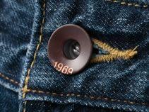 ドーナツ型のシャンクボタンを採用。ロゴはデニムらしいオーセンティックな印象に。
