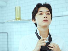 街は賑わい、心が踊るホリデーシーズン到来。気になるあの子とデートの予定もあるだろう。普段よりドレスアップして、仕上げには素敵な香り―ソヴァージュ―を纏う。映画、ドラマ、雑誌に引っ張りだこの、大人気俳優 Ryo Yoshizawa, Kento Yamazaki, Kubota, Japanese Men, Actor Model, Asian Beauty, Beautiful Men, It Cast, Poses