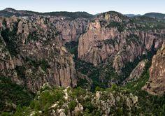 Extenso sistema de cañones conocidos popularmente como Las Barrancas del Cobre,  se erige majestuoso e imponente.