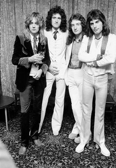 (left to right) Drummer Roger Taylor, guitarist Brian May, bassist John Deacon and singer Freddie Mercury - of British rock band Queen pose in September (Photo by Michael Putland/Getty Images) Queen Band, Discografia Queen, Die Queen, John Deacon, Queen Pictures, Queen Photos, Queen Images, Queen Freddie Mercury, Freddie Mercuri
