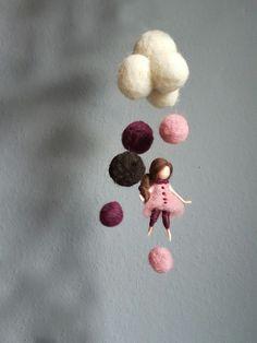 """Mobile """"Wolkenmädchen""""  ♡ Handgefertigt aus 100% Schafwolle  ♡ Nadelgefilzt  ♡ auf Wunsch individualisierbar   Falls andere Farben gewünscht sind, bitte vor dem Kauf eine kurze Nachricht an..."""