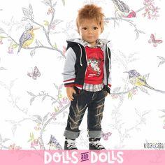 Robert ya está pensando en lo poco que queda para que llegue la primavera. Luce una chaqueta con capucha sobre una camisa a cuadros de manga larga y una sudadera roja. Sus pantalones vaqueros llevan la parte de abajo doblada dándole un aspecto más informal.  Un look muy chic que le sienta fenomenal.  Es de la familia #KidznCats. Mide 46 centímetros y puede adoptar posturas naturales gracias a sus once articulaciones. #Dolls #muñecas #muñeca #HeartSoul