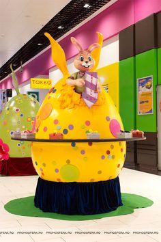 Decorațiunile sunt realizate de echipa Promosfera. Giant Easter Eggs